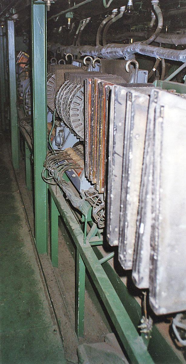 Электровоз ВЛ10-999.  Высоковольтная камера 1-й секции.  Индивидуальные и групповые электропневматические контакторы.