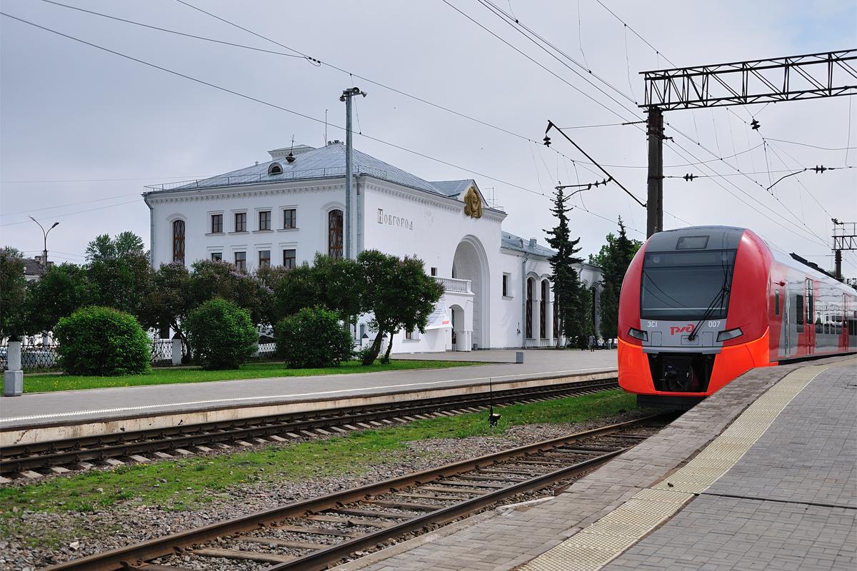 Железнодорожный вокзал в великом новгороде находится рядом с автовокзалом по адресу: ул октябрьская, 15